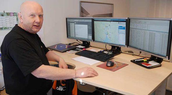 Kristian hos Collicare tar en velfortjent pause fra flåtestyringen på tre PC-skjermer