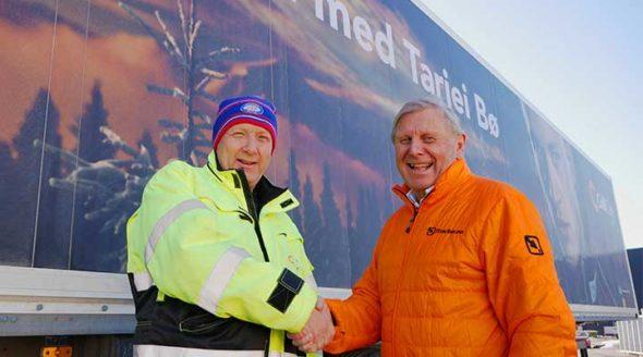 En godt fornøyd Kristian Bergli fra ColliCare og Ove fra Track Norge håndhilser foran en tralle