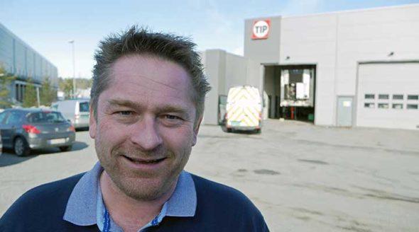 Morten Henriksen smiler fornøyd foran verkstedet hos TIP Trailer Services i Vestby